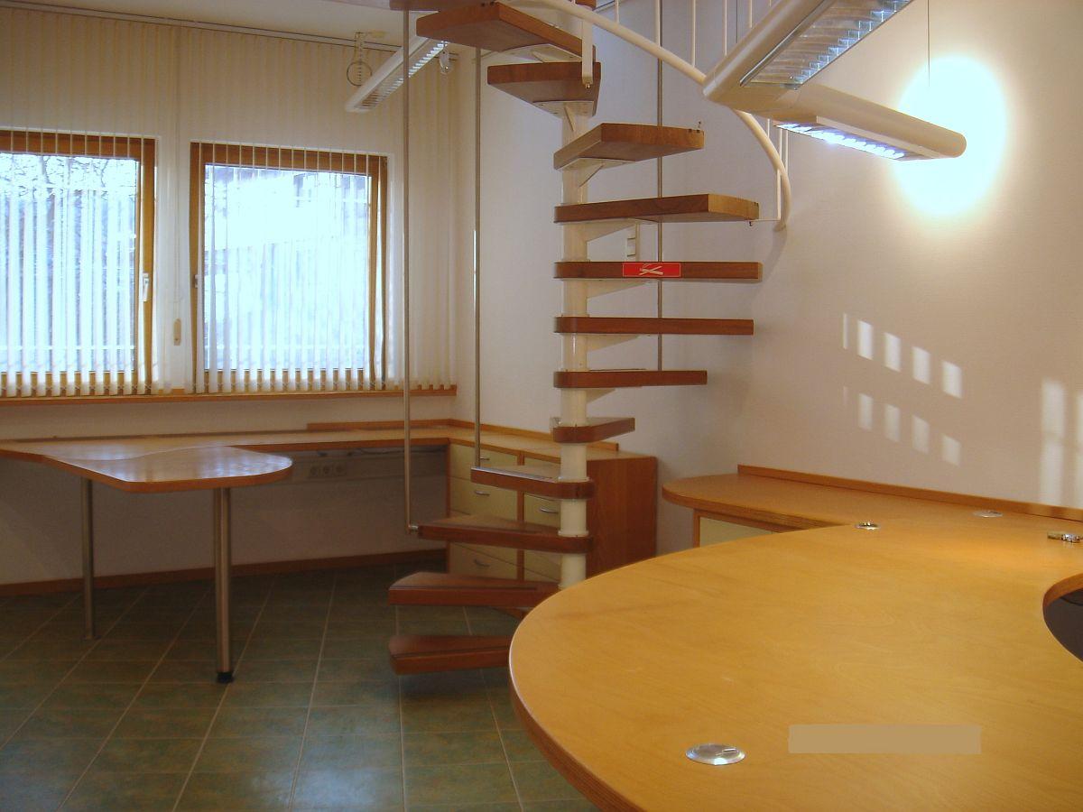 Büro mit hochwertiger Vollholz-Möblierung